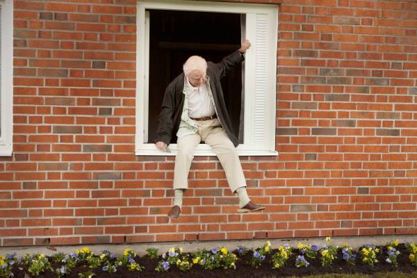 FILM: THE 100-YEAR-OLD MAN WHO CLIMBED OUT OF THE WINDOW AND DISAPPEARED   Robert Gustafsson (Allan Karlsson). © 2013 NICE FLX PICTURES